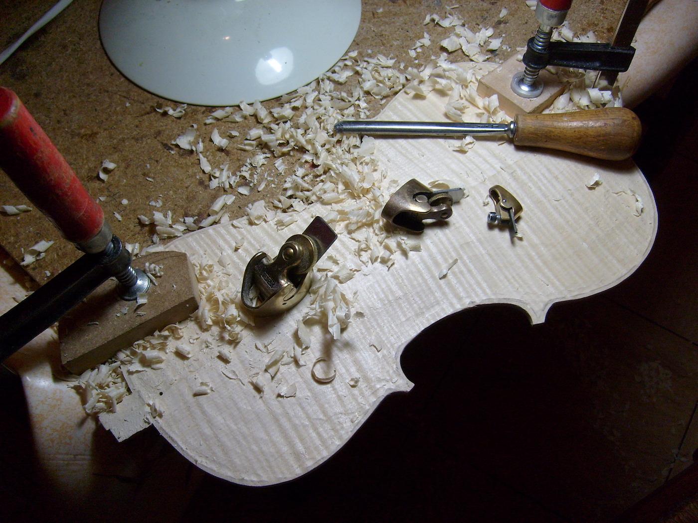 Photo de fond de violon avec gouge et rabots